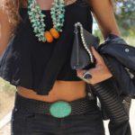 accesorios etnicos para elevar un outfit negro