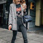 Blazer estampado con jean y estilo rockero