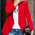 Blazer con jeans y remera escrita