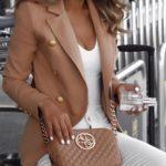 En camel con prendas blancas