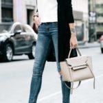 Tacones con jeans y camiseta blanca