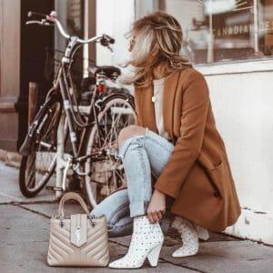 estilo rockero con botas blancas