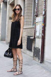 streetstyle gladiadora con pequeño vestido negro